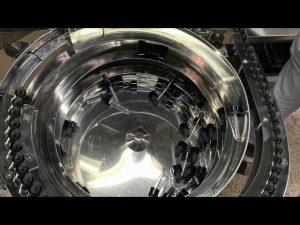mão mecânica tipo cbd garrafa de enchimento e tampando a máquina